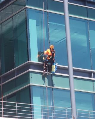 Große Fenster mit dem Roboter säubern